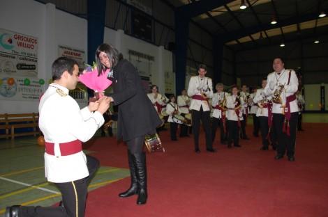 Javier González coloca el anillo de pedida a Lidia Pinilla, entre el aplauso de sus compañeros