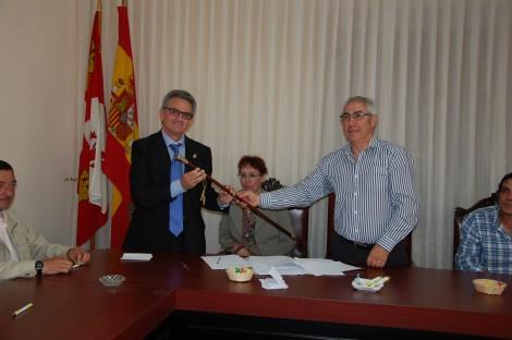Manuel Maza recibe el baston de mando