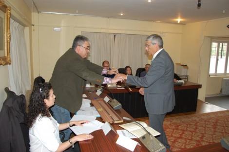 Ricardo Varona entrega el bastón de mando a Juan Jesús Blanco.