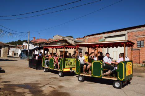 El tren turístico de las fiestas recorre las calles del pueblo.