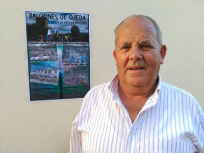 José Maria Bravo, alcalde de Báscones de Ojeda, junto al cartel de las fiestas
