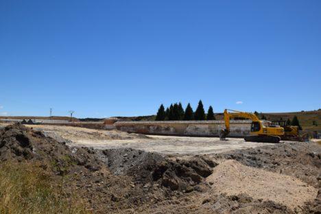 Trabajos de excavación del terreno para la ampliación del cementerio de Guardo.