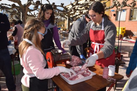 los-ninos-ayudaron-a-picar-la-carne-del-cerdo